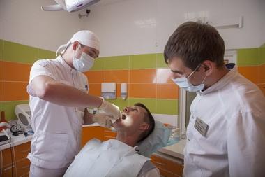 Врачи лечат пародонтоз у пациента
